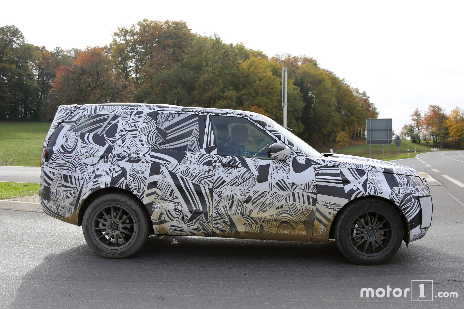 2017 land rover discovery 5 spied testing for the first time. Black Bedroom Furniture Sets. Home Design Ideas